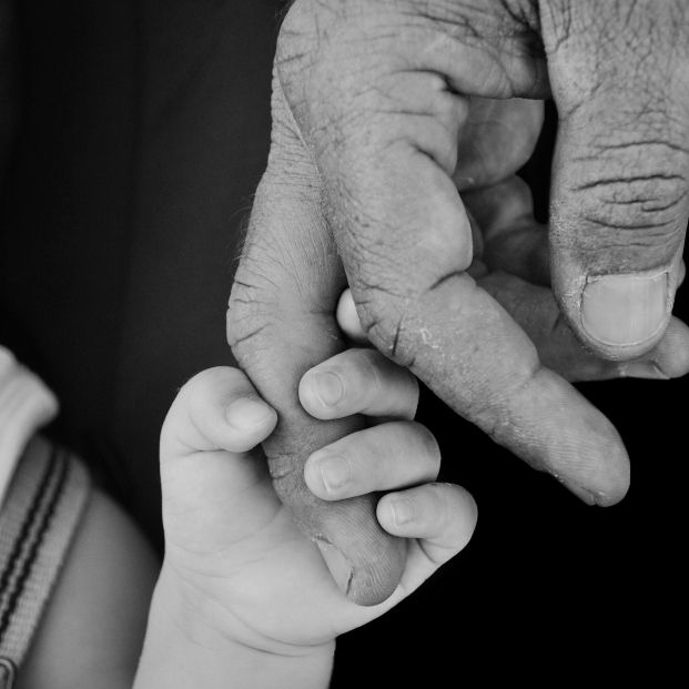 Ser padre a los 80 años: el polémico caso del famoso doctor que ha reabierto el debate