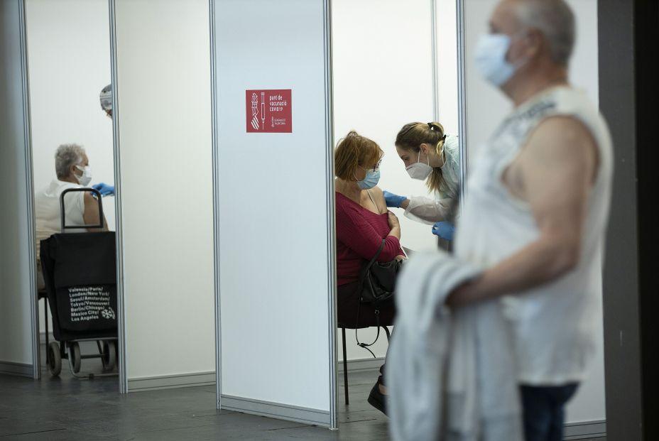 EuropaPress 3651147 sanitaria vacuna mujer primer dia vacunacion masiva comunidad valenciana 19