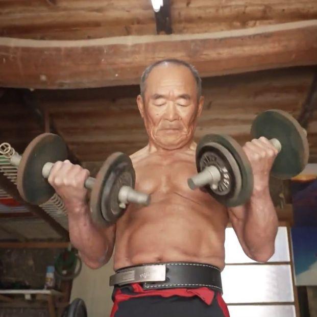 El japonés de 72 años que tiene el récord mundial en press banca: levanta 122 kilos (captura de vídeo de 'Ruptly')