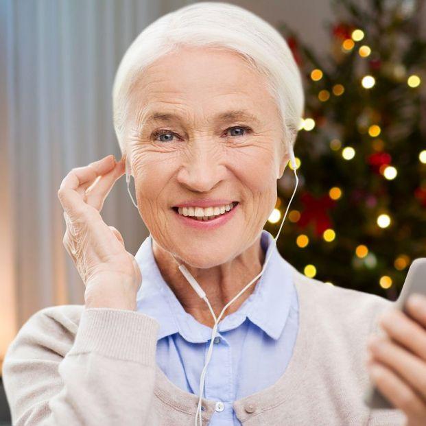 Las mejores aplicaciones para escuchar la radio en el móvil. Mujer escuchando la radio (BigStock)