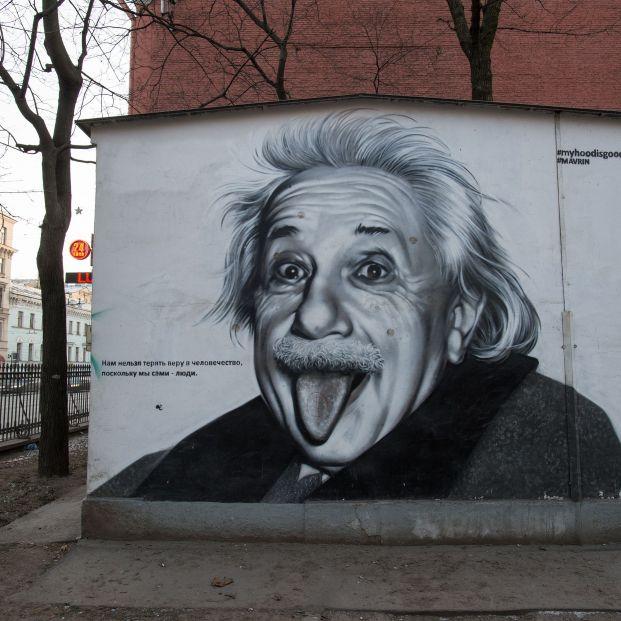 Cártel de Albert Einstein con la lengua fuera(bigstock)