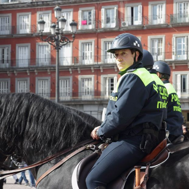 Está España entre los países más seguros del mundo: policía en la Plaza Mayor de Madrid (BigStock)