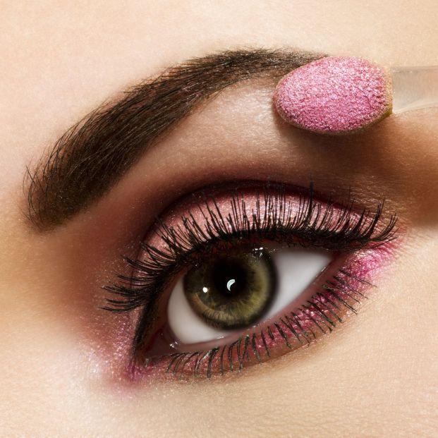Cómo afecta el maquillaje a los ojos y medidas para evitarlo (Bigstock)