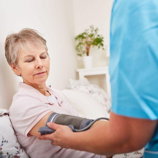 Persona mayor con hipertensión