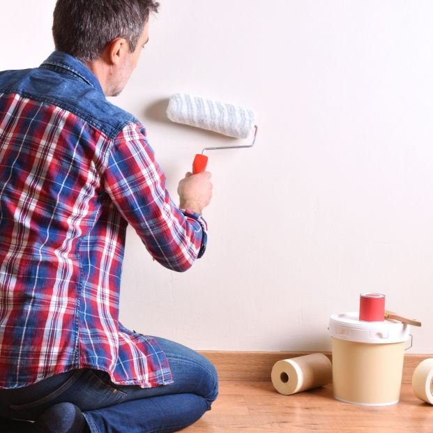 Elegir los colores: Hombre pintando habitación (bigstock)
