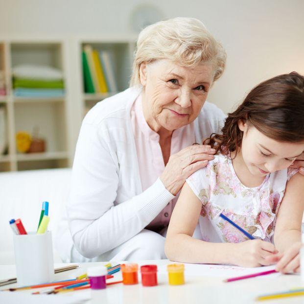 Abuela y nieta coloreando mandalas (bigstock)