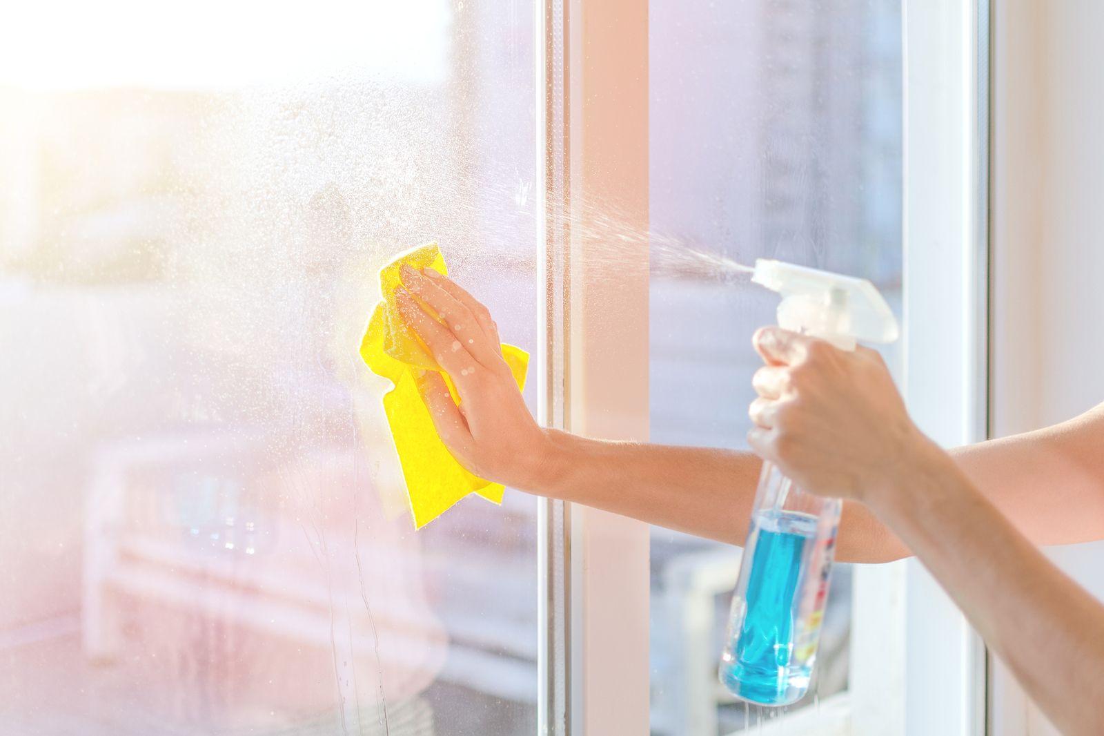 Trucos para limpiar los cristales de ventanas y puertas - Como limpiar los cristales para que queden perfectos ...