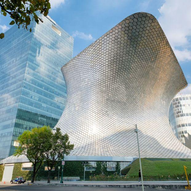 Obra cubierta por decenas de miles de baldosashexagonales de acero espejado