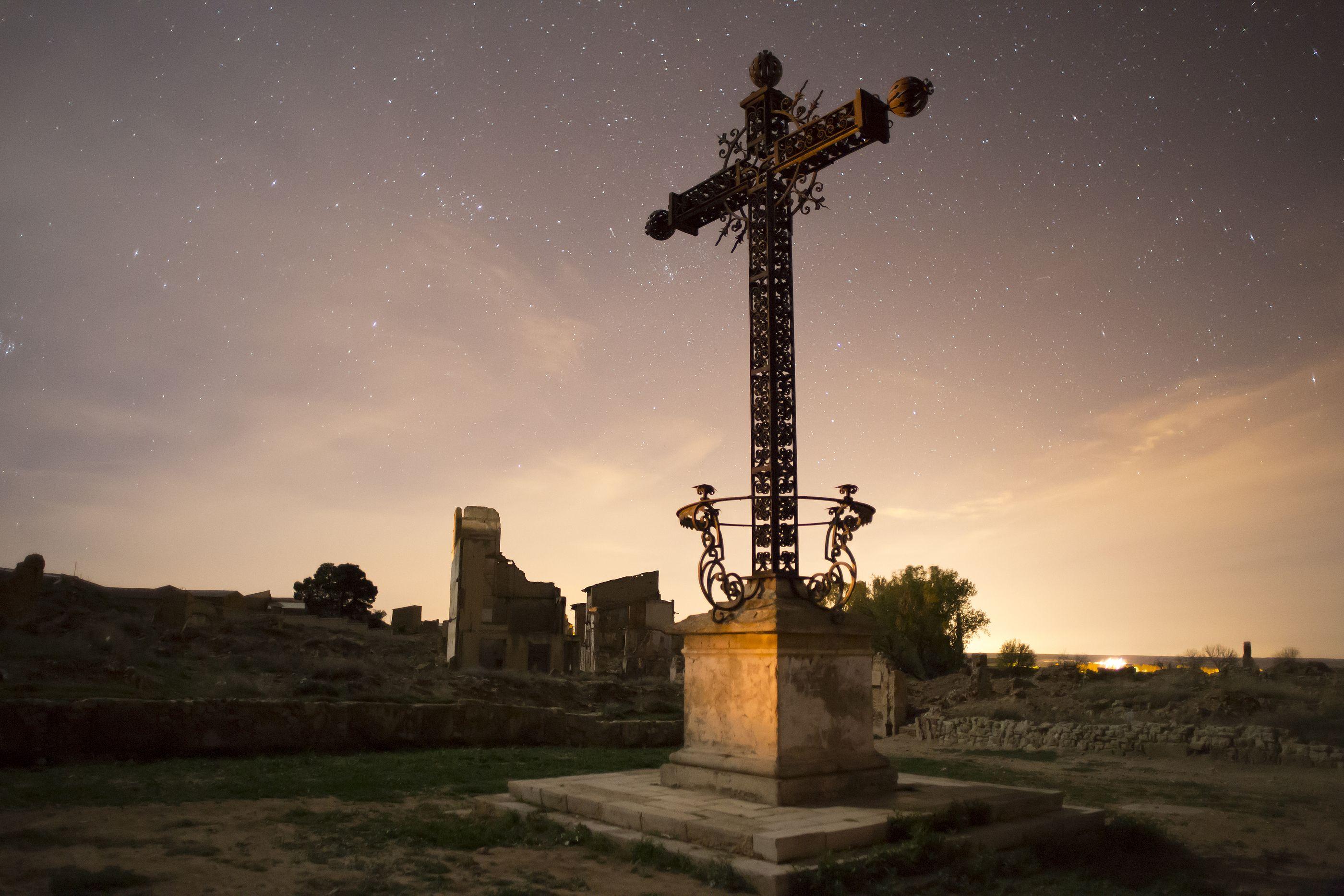 5 pueblos de España cargados de misterio  (Foto: Cruz de los caídos en la Guerra Civil en Belchite)