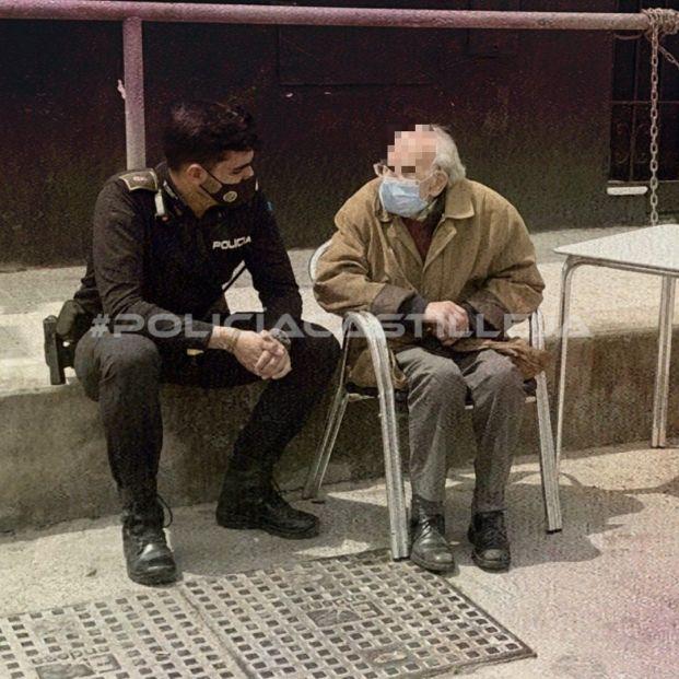 Juanmi, el policía sevillano que se ha hecho viral por ayudar a un hombre con Alzhéimer