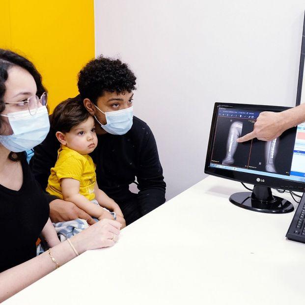 Isaac: el bebé de 23 meses al que han salvado la pierna derecha con un autotrasplante. Foto: Europa Press