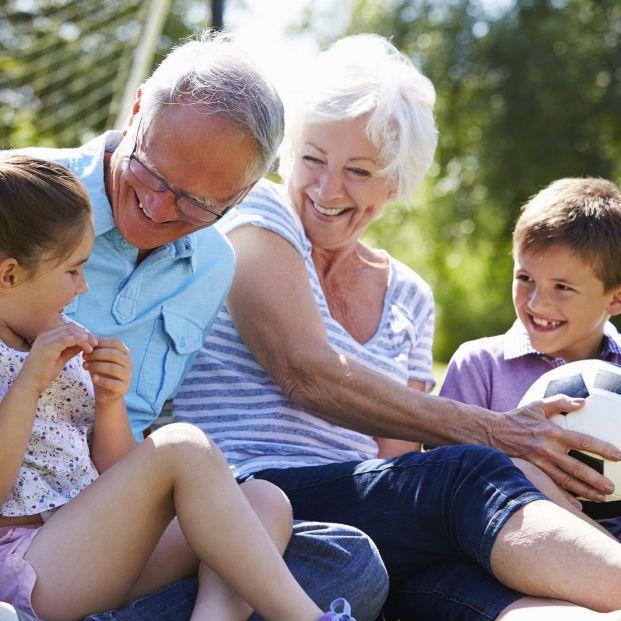 Disfruta con tus nietos de estos juegos de tu infancia (bigstock)