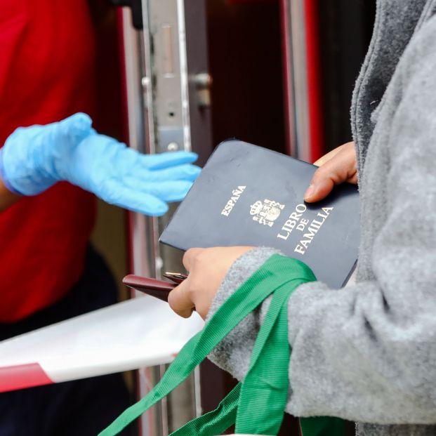 El portavoz de los obispos critica la suspensión en formato físico del Libro de Familia