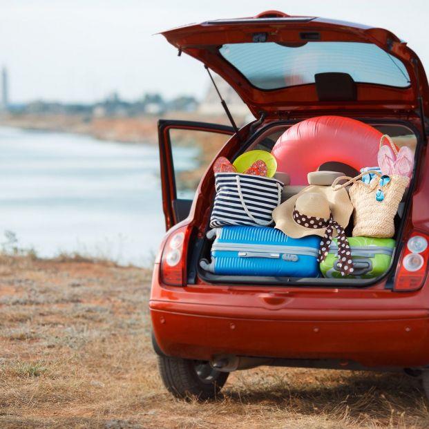 La DGT advierte sobre cómo debes colocar las maletas en el coche para evitar accidentes (bigstock)