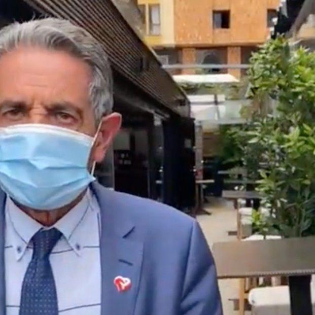 WhatsApp arde en Cantabria: el polémico vídeo de Revilla saliendo de un restaurante