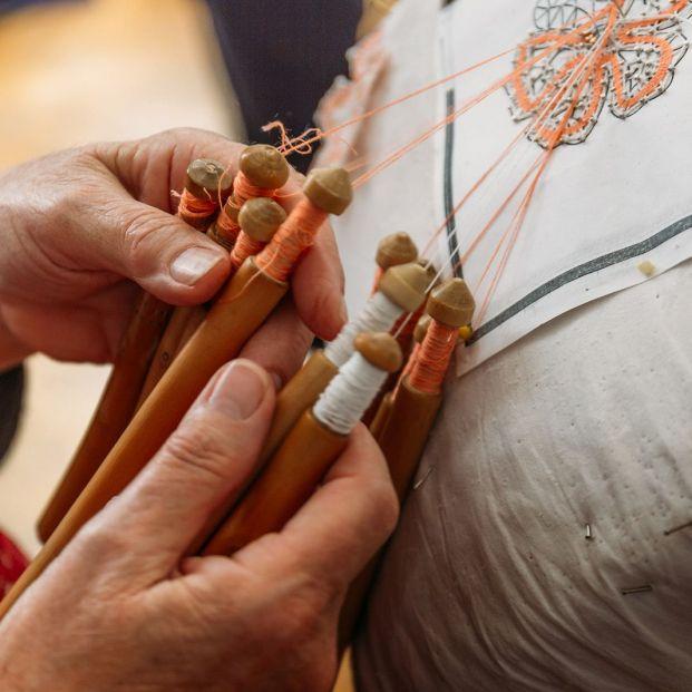 En qué rincones de España perdura el encaje de bolillos como oficio artesanal (Bigstock)