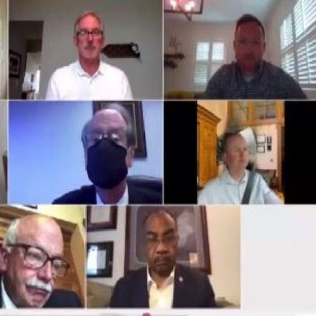 Un político usa un fondo de Zoom para fingir que está en casa en una reunión mientras conduce