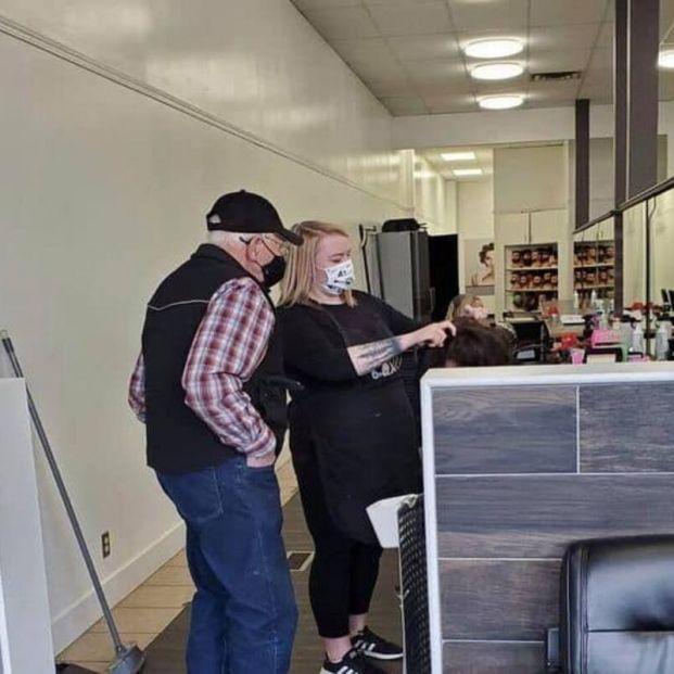 Emotivo gesto de amor: va a una peluquería para aprender a rizar el pelo a su mujer