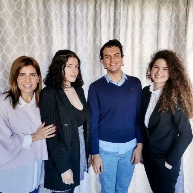 Alumnos de un colegio de Córdoba, premiados en Europa por una app que lucha contra el edadismo (Foto: Tres alumnos y la profesora. Instagram)