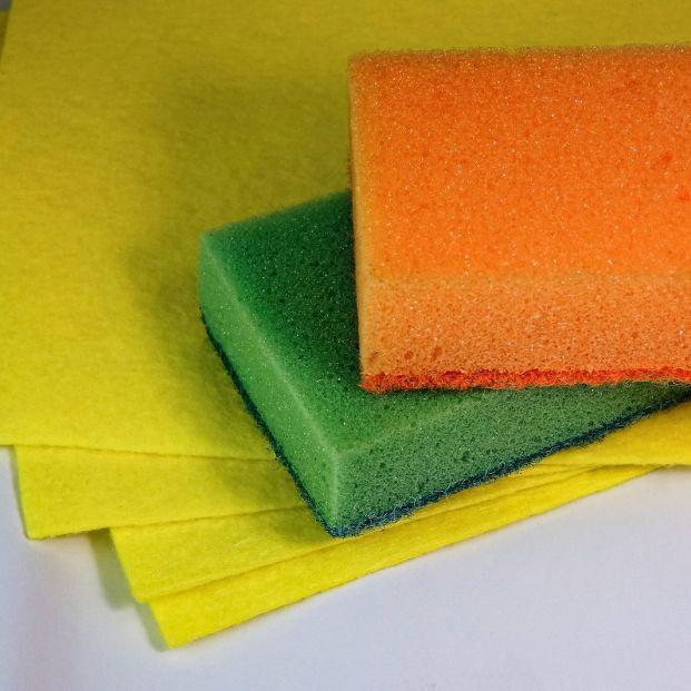 Cómo desinfectar los estropajos y bayetas de casa para evitar las bacterias