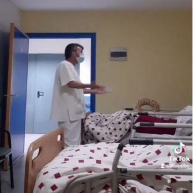 Un auxiliar de enfermería arrasa en TikTok cantando a los mayores de una residencia de Fisterra