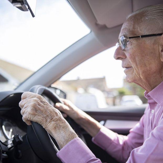 Presbicia, presbiacusia, rigidez en articulaciones… así afecta la edad a la capacidad de conducir (Foto Bigstock)