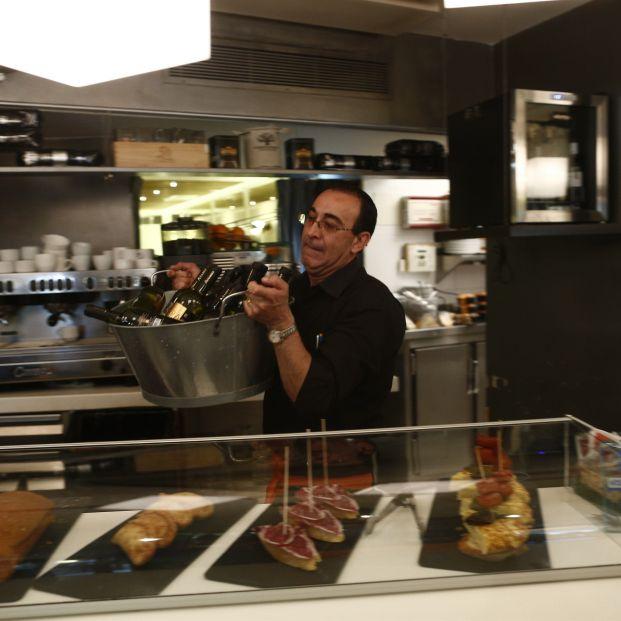 EuropaPress 1289991 trabajador trabajando camarero bar autonomo consumo tapas cafeteria precios