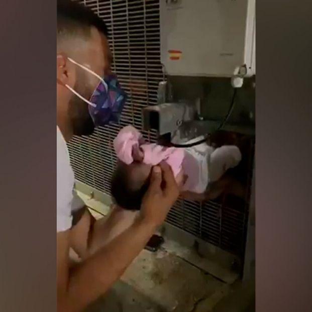 Una bebé es rescatada por un hueco entre la muchedumbre en la frontera con Marruecos