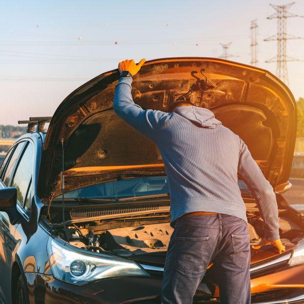 """Estos son los 4 motivos que suelen dejar """"tirado"""" a un coche en carretera, según la DGT"""