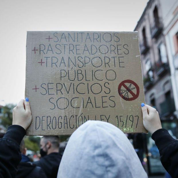 EuropaPress 3389799 persona sostiene cartel lee sanitarias rastreadores transporte publico