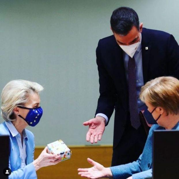 Sánchez regala unos patucos a Ursula von der Leyen, abuela por primera vez hace unas semanas