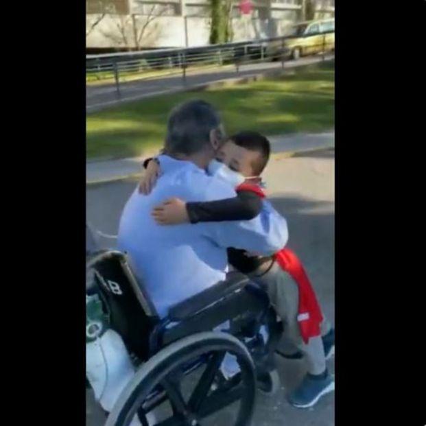 El emotivo reencuentro entre un abuelo y su nieto tras 76 días ingresado por covid