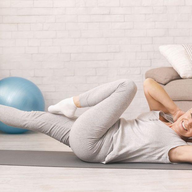 Mantén tus músculos y articulaciones fuertes y flexibles con estos estiramientos. Foto: BigStock
