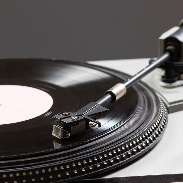 ¿Te gustan los vinilos? Hazte con uno de estos 5 tocadiscos Foto: bigstock