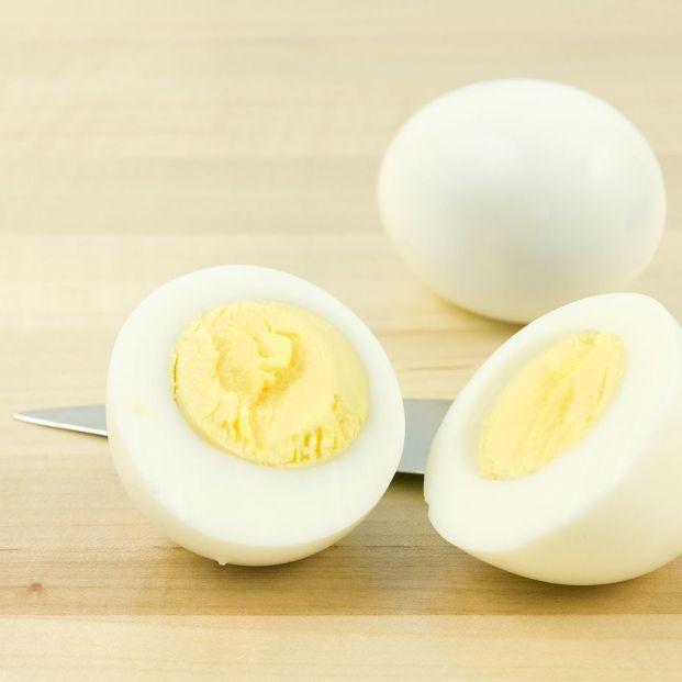 La forma definitiva de pelar un huevo cocido sin que se pegue la cáscara