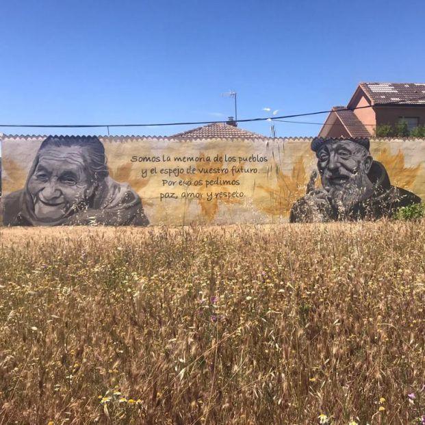 Torre del Compte rinde homenaje a sus mayores y a la mujer y en dos murales de Txus Montejano