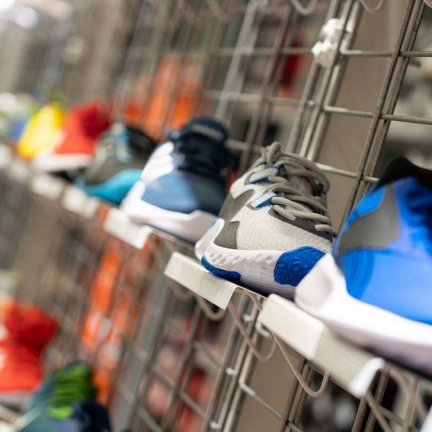 Tienda de zapatillas de deporte de colores. Foto: Bigstock