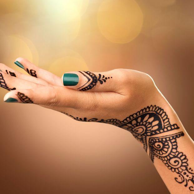 Sanidad alerta de los riesgos para la piel de los tatuajes de henna negra