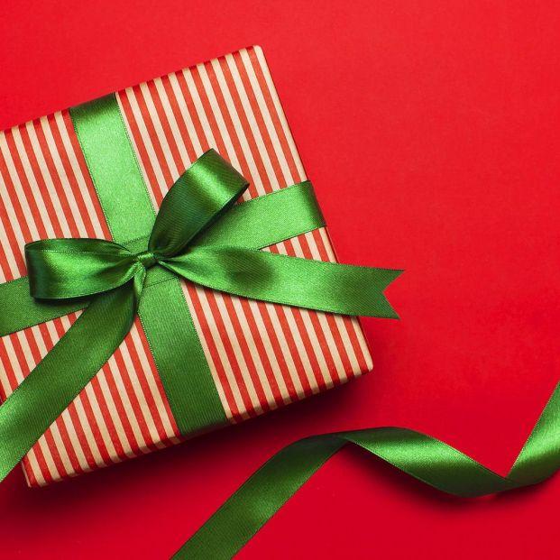 Triunfa con estos lazos originales para envolver regalos (Bigstock)