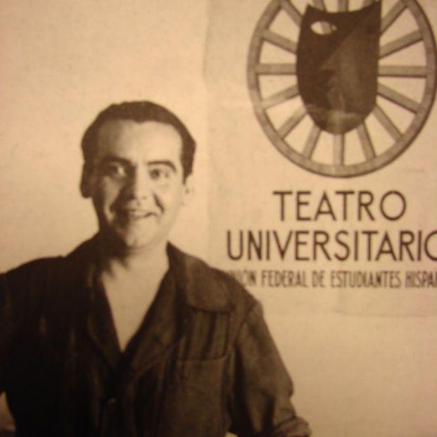Federico García Lorca posando con el cartel diseñado para La Barraca