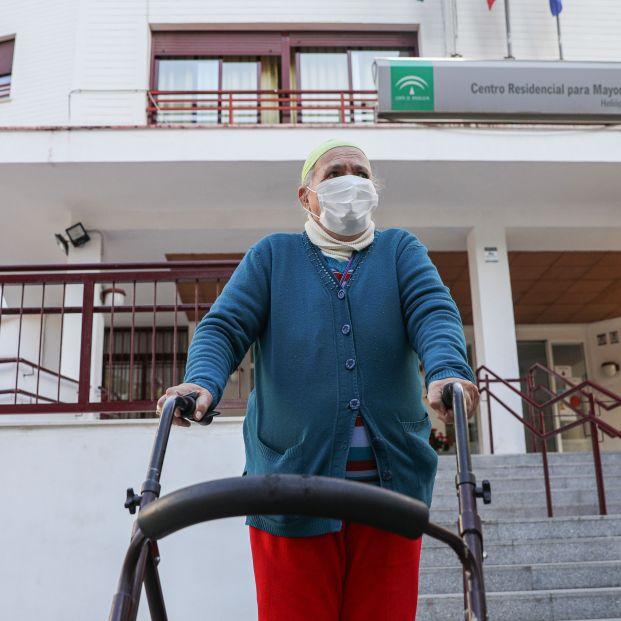EuropaPress 3693424 anciana sale centro residencial mayores segundo dia ancianos pueden salir