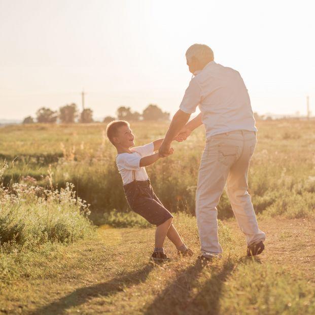 """El entrañable gesto de un abuelo con su nieto que emociona a Twitter: """"tu abuelo es de oro"""""""