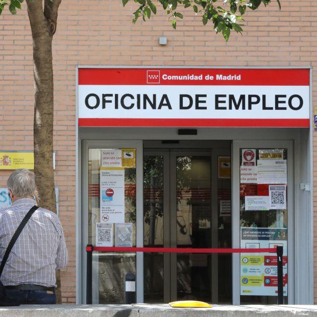 EuropaPress 3752580 dos personas sentadas frente oficina sepe dia conocido datos paro mayo