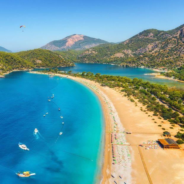 Lago azul en la Playa de Ölüdeniz, en Turquía, una de las mejores de Europa (BigStock)