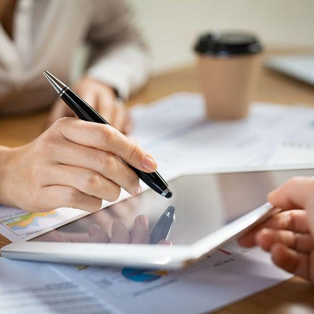 Firmar con un lápiz digital en el móvil de un repartidor o la Tablet en el banco ¿tiene la misma validez? (Foto Bigstock)
