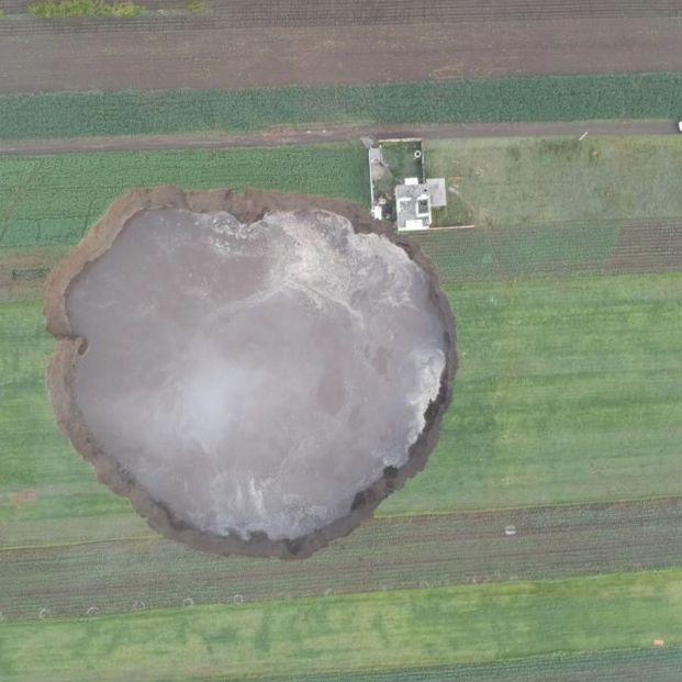Crece la preocupación por el socavón gigante aparecido en México (Foto: Protección Civil México. Twitter: @CNPC_MX)