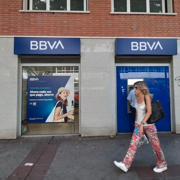 EuropaPress 2280128 mujer pasa oficina bancaria nuevo logo bbva madrid