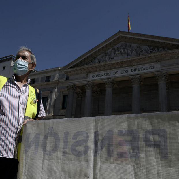 """Jubilados, frente al Congreso: """"Las pensiones mínimas que no llegan al SMI nos abocan a la pobreza"""""""
