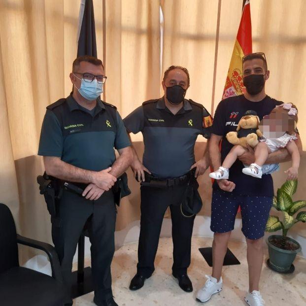 EuropaPress 3770633 agentes guardia civil bebe auxiliada cuando ahogaba piscina mairena alcor