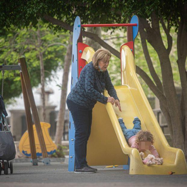 La pandemia reduce el número de abuelos que cuida de sus nietos o los llevan al cole. Foto: Europa Press
